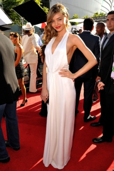 Zvijezde u seksi bijelim ljetnim haljinama