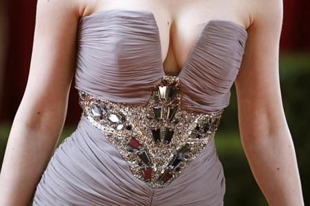 Dekolte i umetnuti remen u haljinu Deborah Ann