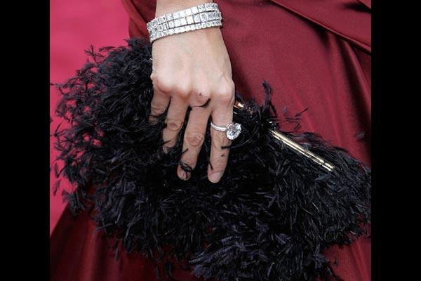 Narukvica, prsten i crna torbica Penelope Cruz